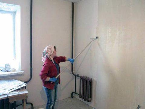 Нанести на поверхность стены слой грунтовки и дать ей хорошо просохнуть.