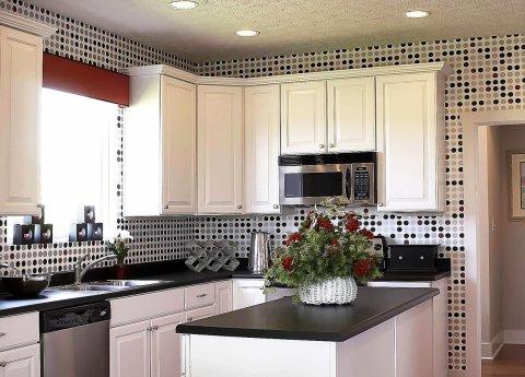 Однотонная кухня на фоне темных геометрических фигур обоев