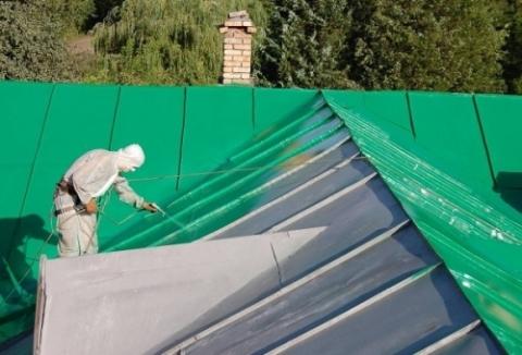 Окраска металлической крыши двухкомпонентной полиуретановой краской.