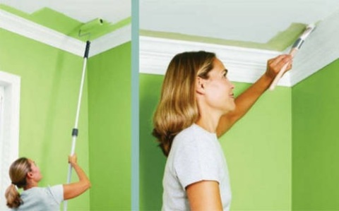 Окраска потолка водоэмульсией.