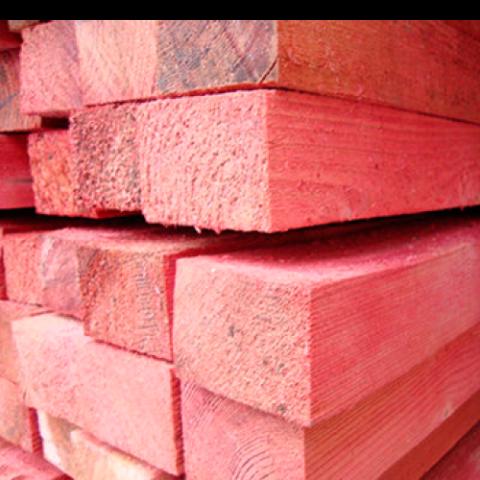 Опознать обработанный брус легко по розовому или зеленому цвету