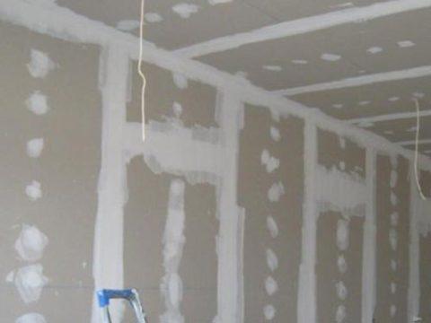 Подготовка стен для нанесения шпаклевки.