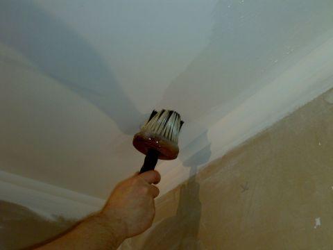 Пока отделочный материал пропитывается, наносим клеевой состав на потолок.