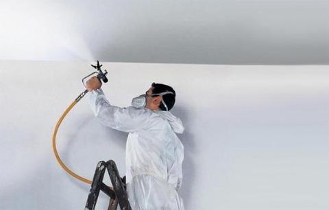 Покраска потолка краскопультом.