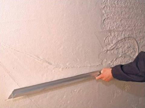 Шпаклевка неровных стен требует применения шпателя с более широким полотном.