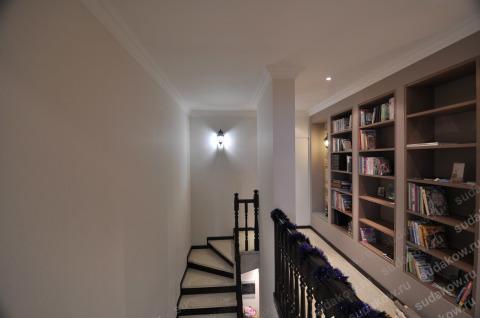 Штукатурка и покраска стен возле лестницы