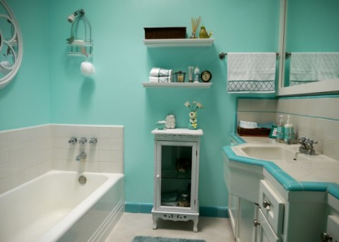Стекловолокно влагостойкое, поэтому его можно применять как в гостиной, так и в ванной комнате.