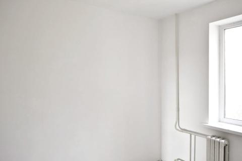 Стены, обработанные финишной шпаклевкой, имеют идеально гладкую поверхность.