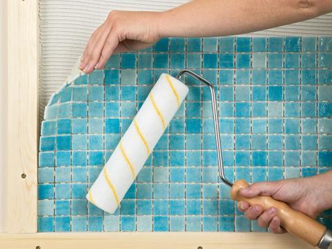 Укладываем мозаичные стены в ванной комнате