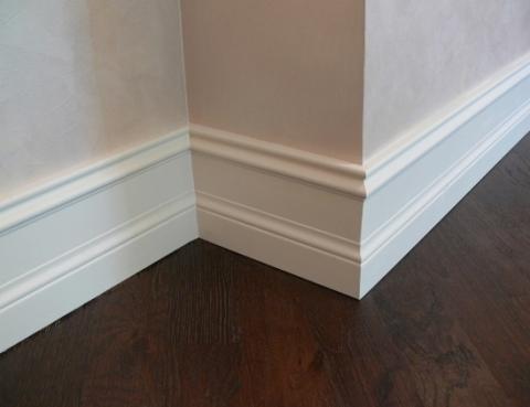 Водно-дисперсионная полиуретановая краска отлично подходит для окраски плинтусов и стен.