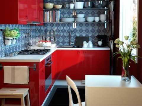 Яркая мебель на кухне и сочетание с синим цветом