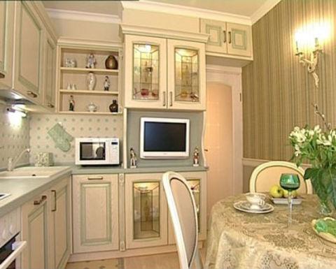 Золотые обои в сочетании с белой кухней