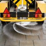 Дорожные покрытия посыпают солью