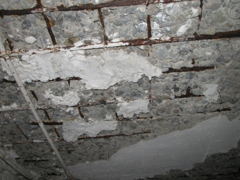 Коррозия стальной арматуры провоцирует разрушение защитного слоя бетона