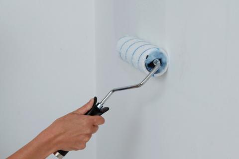 Наносим клей для обоев на стену