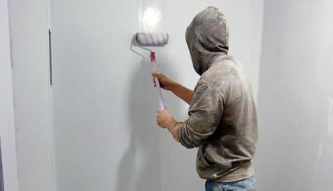 Очищаем и грунтуем стены