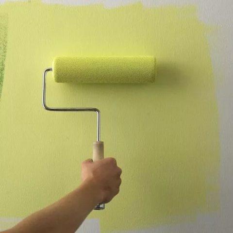 Окраска стен валиком