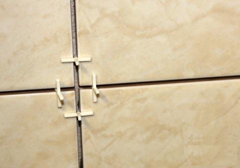 Пластиковые крестики при укладке плитки