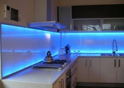 Применение стеклянных панелей в отделке кухни