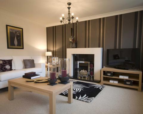 Простые комбинированные обои в зале могут служить просто украшением для гостиной