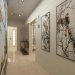 Рамы картин великолепно контрастируют на фоне бежевых стен