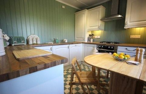 Стены на кухне в цвете стилистики помещения