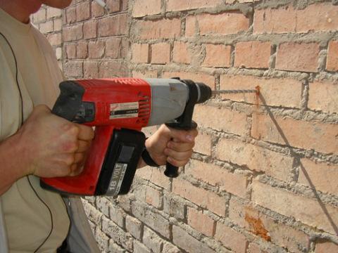 Сверлим кирпичную стену
