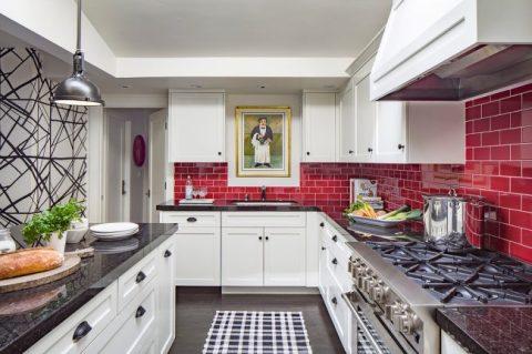 Яркая плитка для большой кухни