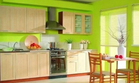 Яркий цвет стен поможет скрыть погрешности не тлько самих стен, но и мебели