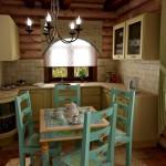 Бревенчатый дом: уютная кухня в стиле Прованс