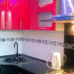Гладкое, глянцевое керамическое покрытие для стен кухонного помещения