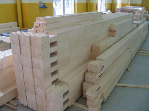 Комплект для возведения деревянного дома: пронумерованные заготовки нарезаны по размерам, выбраны монтажные пазы