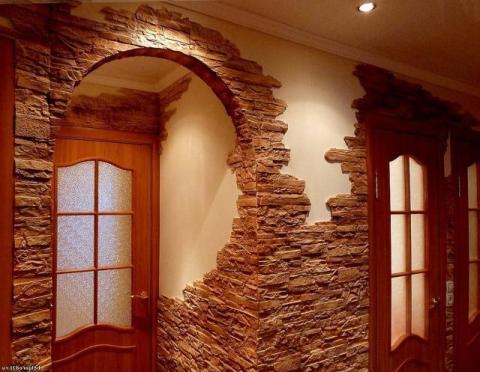 Отделка стен коридора искусственным камнем и краской в тёмно- бежевых тонах