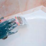 Небольшая кисть для работы в сложных участках, позволяет избежать попадания краски на плитку