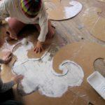 Придание поверхности старого пола оригинальности: использование картонных трафаретов, сделанных своими руками