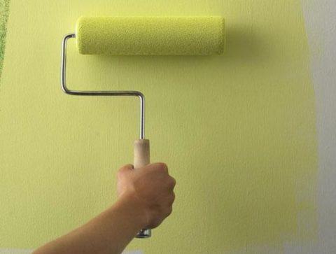 Широкий валик позволяет наносить слои, равномерно распределяя краску по всей поверхности