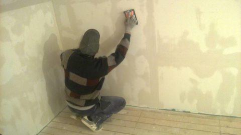 Шкурим стены абразивной сеткой