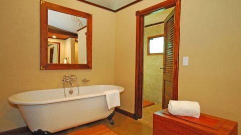 Ухоженная ванна делает интерьер красивым и аккуратным