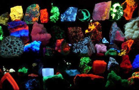 Минералы, окрашенные различными светящимися красками