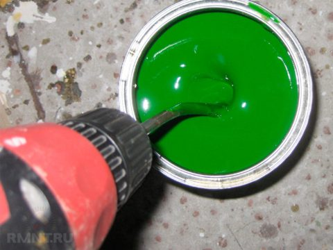 Перемешивание краски миксером