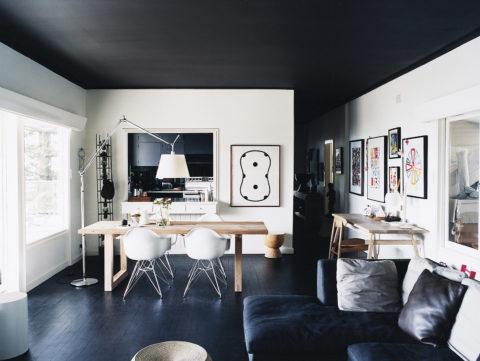 Белые стены и черный потолок: комната кажется широкой и низкой