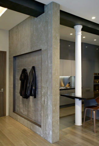 Бетонная стена в прихожей квартиры-студии