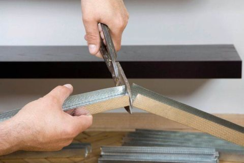 Для резки профиля используйте ножницы по металлу