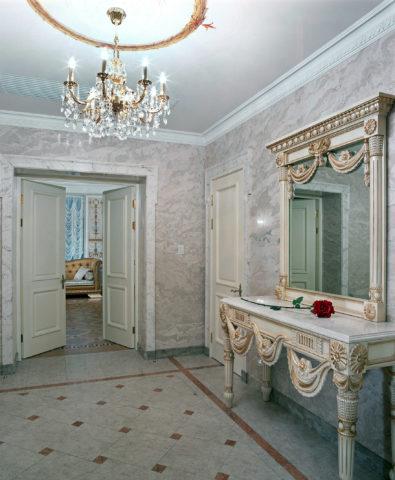 Фото стен прихожей с имитацией мрамора