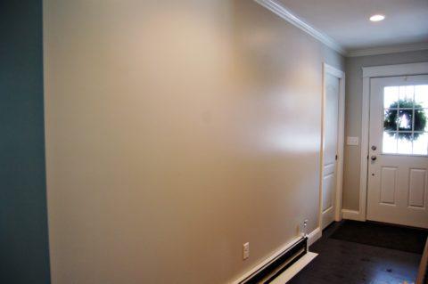 Глянцевая фактура зрительно расширяет пространство комнаты