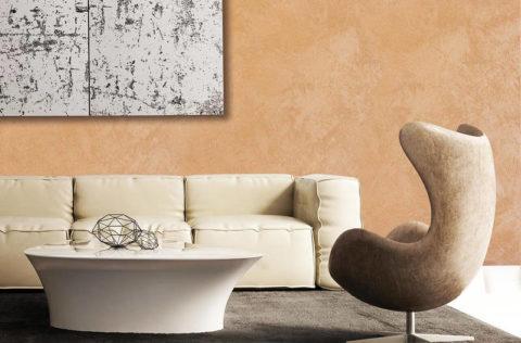 Игра света и тени на стене, покрытой акриловой декоративной штукатуркой
