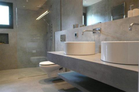 Интерьер ванной комнаты с оштукатуренными стенами