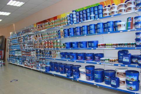 Килограмма краски стоимостью 50-150 рублей хватает на 3-5 квадратных метров стены