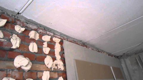 Клей лучше наносить на стену: лист гипсокартона и без него обладает солидным весом