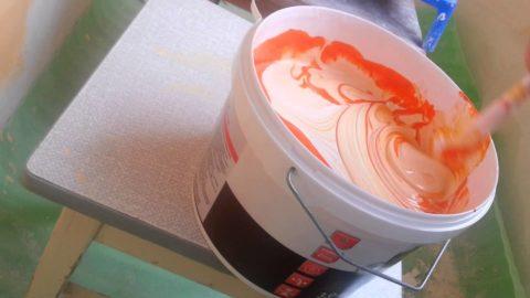 Колеруйте весь объем краски, которую планируете использовать, в одной таре